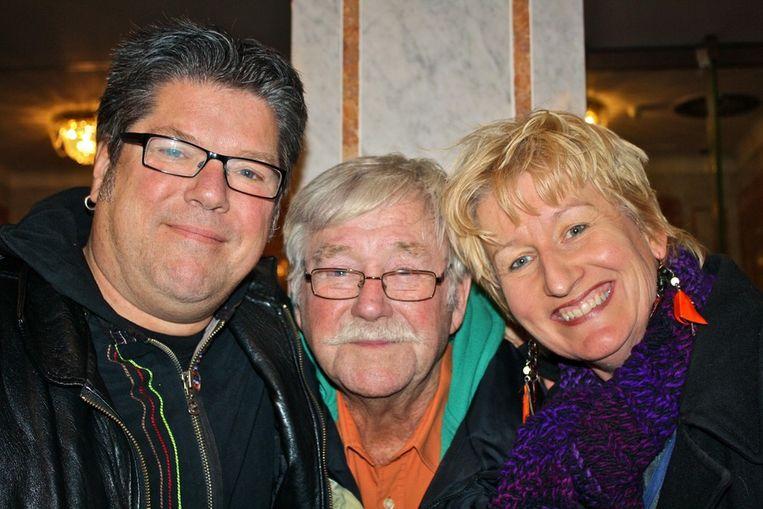 Jordanezen Bert, Henk en Erna (vlnr) genieten van deze avond.  <br /> Beeld