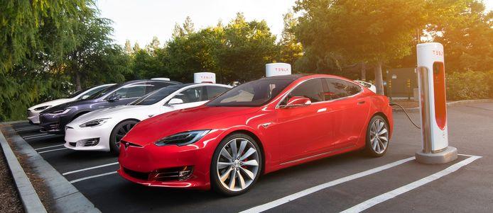 Tesla's bij een Supercharger