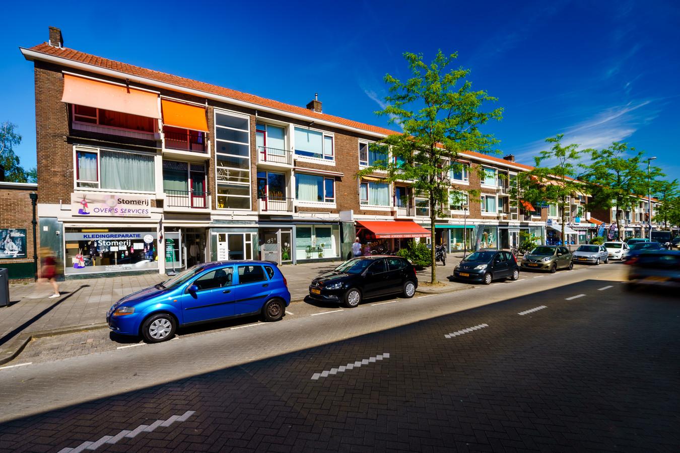 Deze winkel- en woonstraat in Rotterdam-Overschie werd vorig jaar voor bijna tien miljoen euro gekocht door een Amsterdamse belegger. De winkeliers moeten vertrekken.