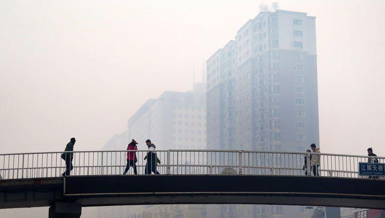 Smog in Shenyang, de stad in noordoost China. De lucht bevat een zeer hoge concentratie fijnstof. Beeld afp