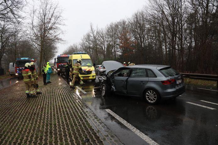 Door nog onbekende oorzaak raakte een auto op de verkeerde weghelft terecht. De bestuurders zijn naar het ziekenhuis gebracht.