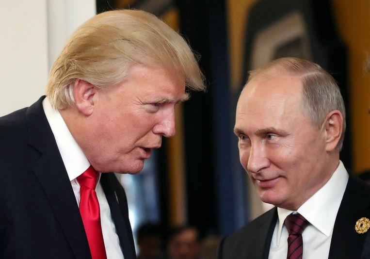 Trump en Poetin tijdens een internationale top in Vietnam op 11 november. Beeld EPA