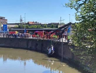Auto rijdt zwaaikom Dampoort in, politie en getuigen duiken het water in en kunnen inzittende redden
