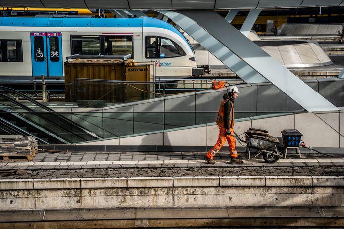 Het eerste perron in Arnhem wordt niet alleen langer, een deel ervan wordt ook verbreed, zodat reizigers elkaar beter kunnen passeren.