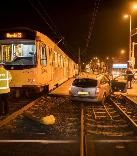 Tram en auto botsen op elkaar bij Sweelincklaan in Nieuwegein