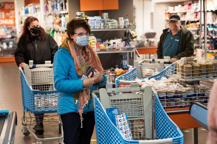 In publieke ruimten, zoals supermarkten, is het dragen van mondkapjes binnenkort verplicht.