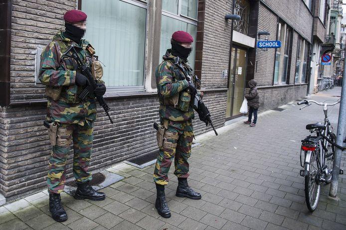 Militairen houden de wacht aan een joodse school in Antwerpen (Archiefbeeld).