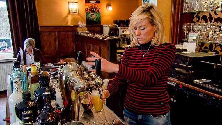 Cathérine Moerkerke mocht in restaurant Casino zelf weer even pinten tappen.
