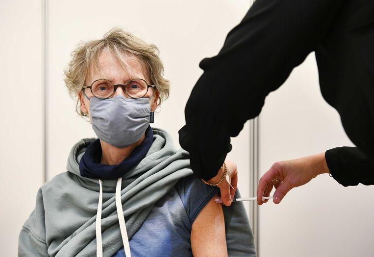 Een huisarts in Ede vaccineert een cliënt met het coronavaccin van AstraZeneca.  Beeld ANP