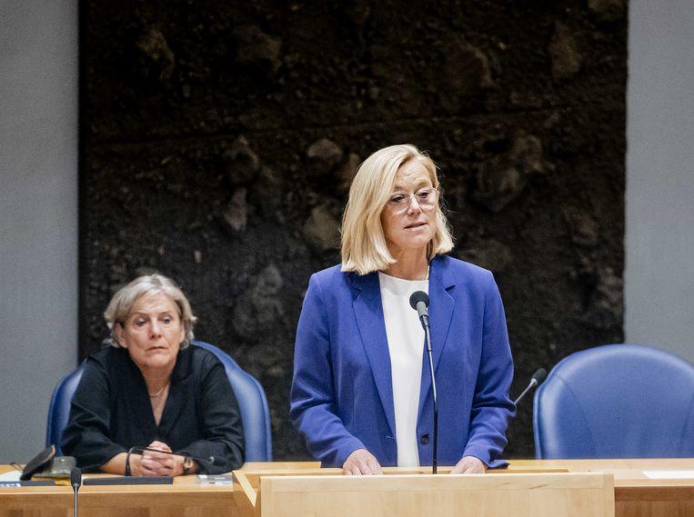 Demissionair minister van Buitenlandse Zaken Sigrid Kaag kondigt haar aftreden aan. Haar collega Bijleveld van Defensie kijkt op de achtergrond toe.  Beeld ANP