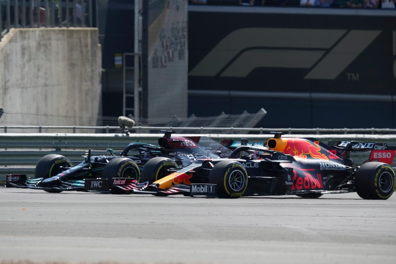 Lewis Hamilton (l) en Max Verstappen op Silverstone.