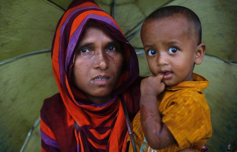 Rohingya-vluchtelingen wachten in een kamp in Bangladesh. Beeld REUTERS