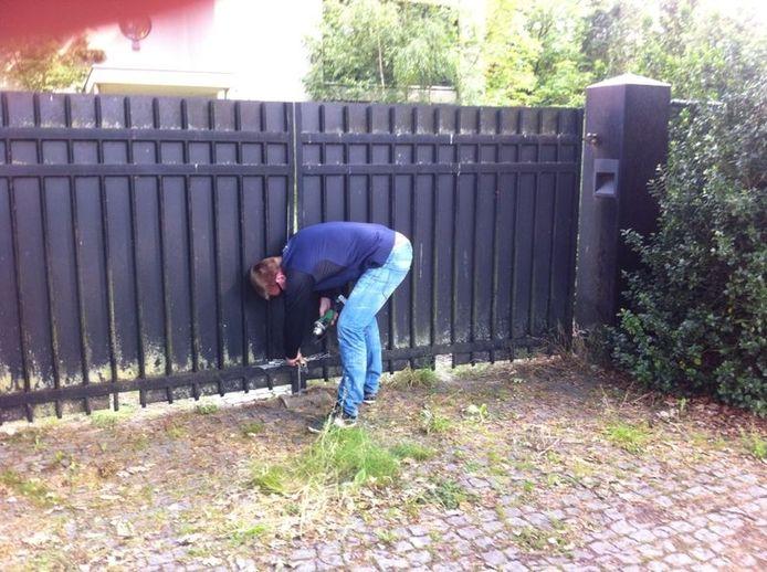 Nik Jansen opende met een slijptol de poort van het woonhuis van Lips