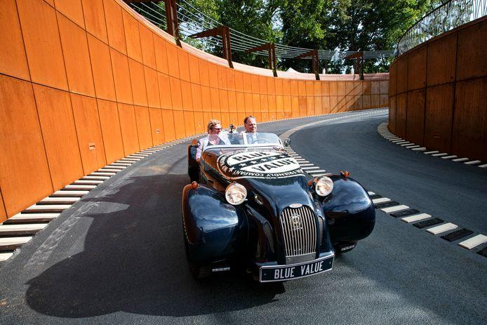 Wethouder Hoskam en zijn vrouw rijden in een electrische auto als eerste de nieuwe parkeergarage in.