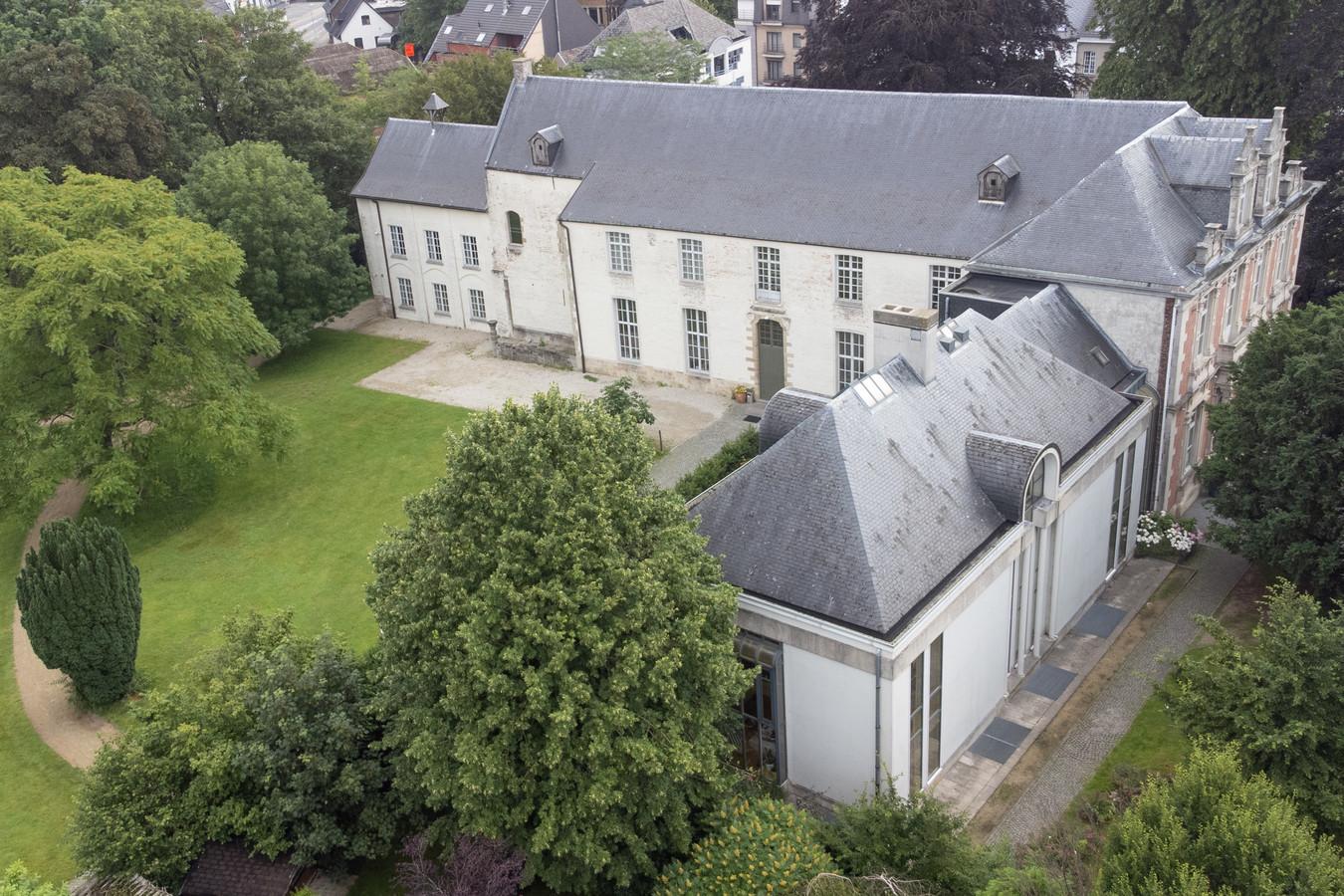 Het dak, de afvoer en gevels van het kasteel zijn aan restauratie toe.