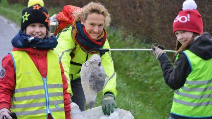 Jagers en jongeren verzamelen container vol zwerfvuil