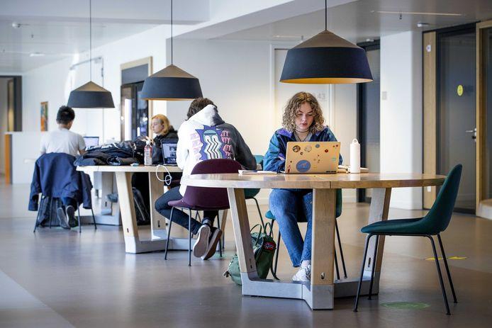 Studenten aan het werk in de dependance van de universiteit van Leiden. Het is de bedoeling dat zij zichzelf regelmatig testen.