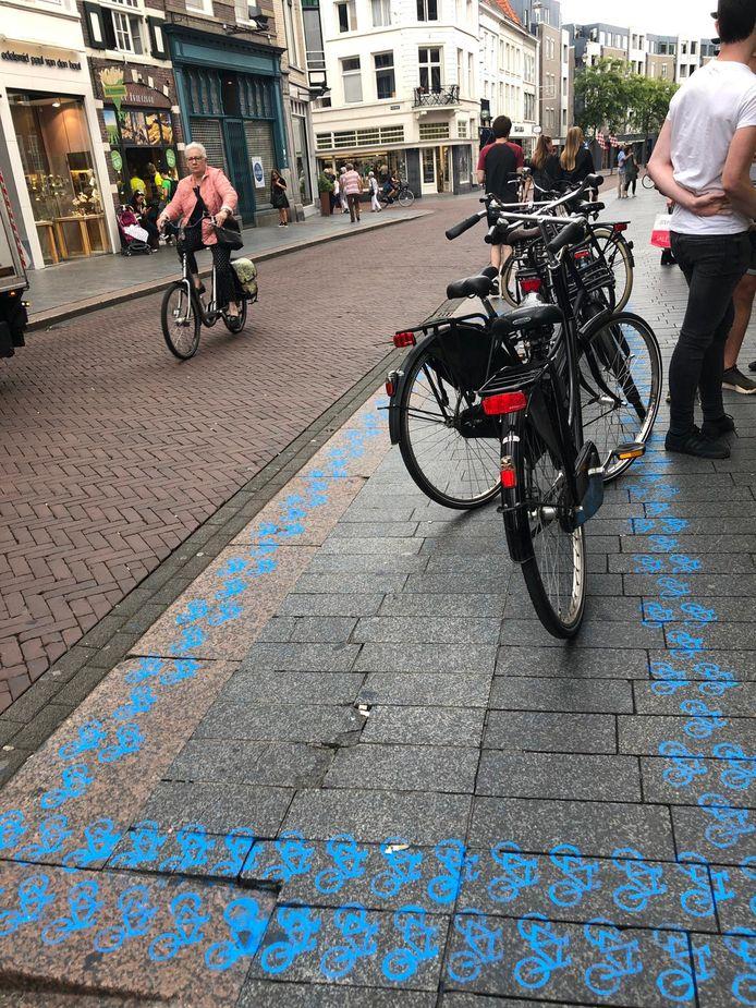 Het fietsvak voor de McDonald's