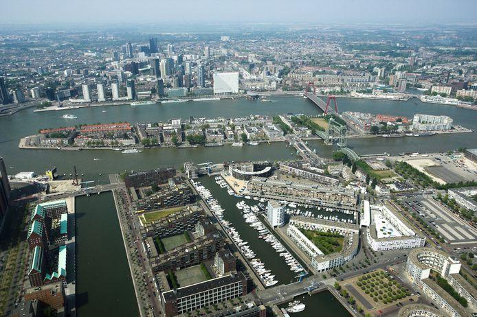 De Kop van Zuid vanuit de lucht. Met linksonder de lege Spoorweghaven, waar al meer dan twintig jaar niets gebeurt, en rechts van de Landtong de Binnen- en Entrepothaven die vol met jachten en plezierbootjes ligt.