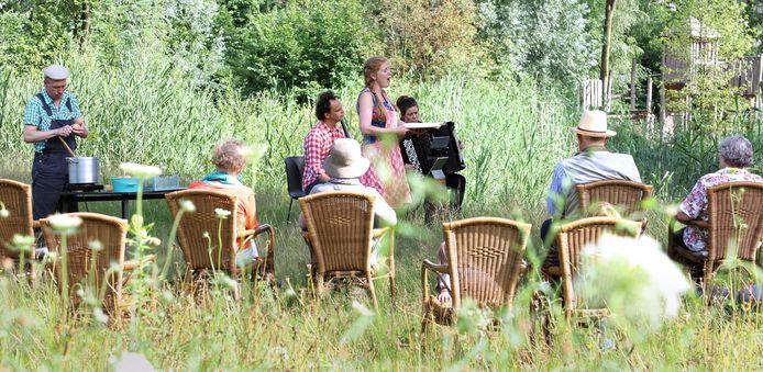 Een klein ensemble voerde vrijdagavond in Sint-Michielsgestel de komische operette De Boerencantate uit.