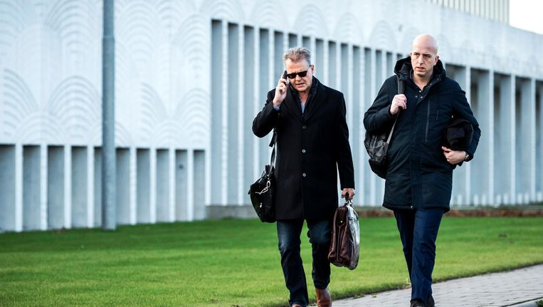Nico Meijering en Christiaan Flokstra, advocaten van Dino S. bij het Justitieel Complex Schiphol. Het OM maakt vandaag de strafeis bekend. Beeld anp