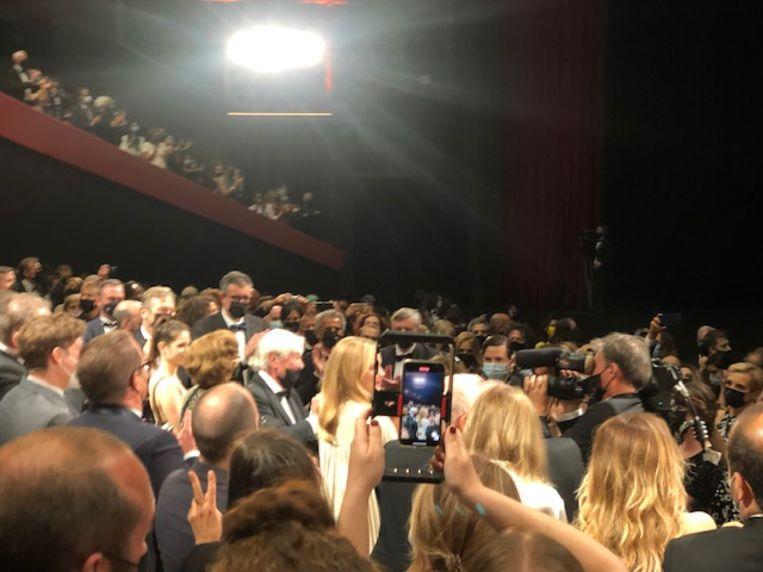 Verhoeven krijgt een minutenlange, staande ovatie in Grand Theatre Lumière. Beeld Jan Pieter Ekker