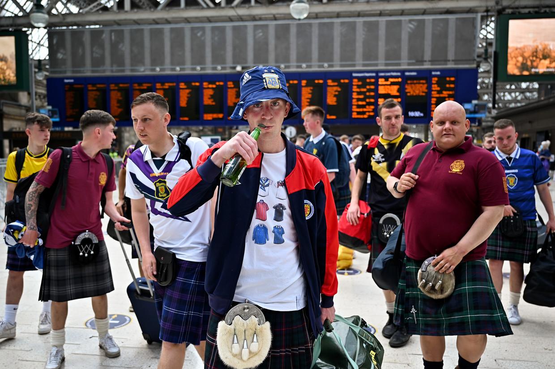 Schotse voetbalfans op het station van Glasgow. Ze reizen naar Londen in de hoop dat hun team the 'Auld Enemy' in eigen huis kan verslaan. Beeld Getty Images