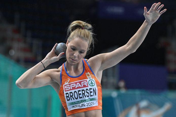 Met een worp van 14.04 m bij het kogelstoten klimt Nadine  Broersen op naar de vierde plaats op het EK meerkamp. Netherlands'