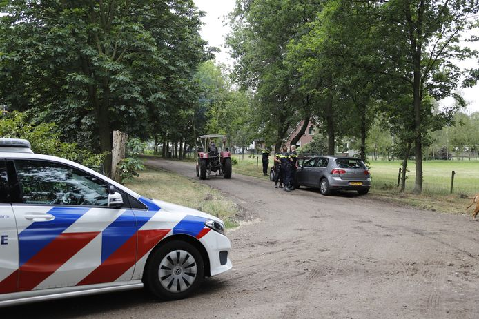 De politie heeft wegversperringen neergezet aan de Klotweg en de Tweede Stichting in Landhorst.