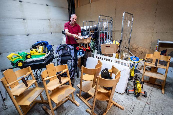 André Brouwer bij Kringloopwinkel in Groesbeek die ruim een week geleden al uitpuilde vanwege het grote aantal donaties voor de Afghaanse vluchtelingen van Heumensoord.