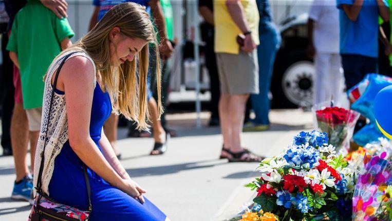 Een vrouw van een agent herdenkt de doden in Dallas. Beeld AP