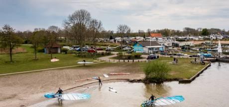 Surfers en badgasten, gaat dat straks wel samen op nieuw strandje in Hulshorst?