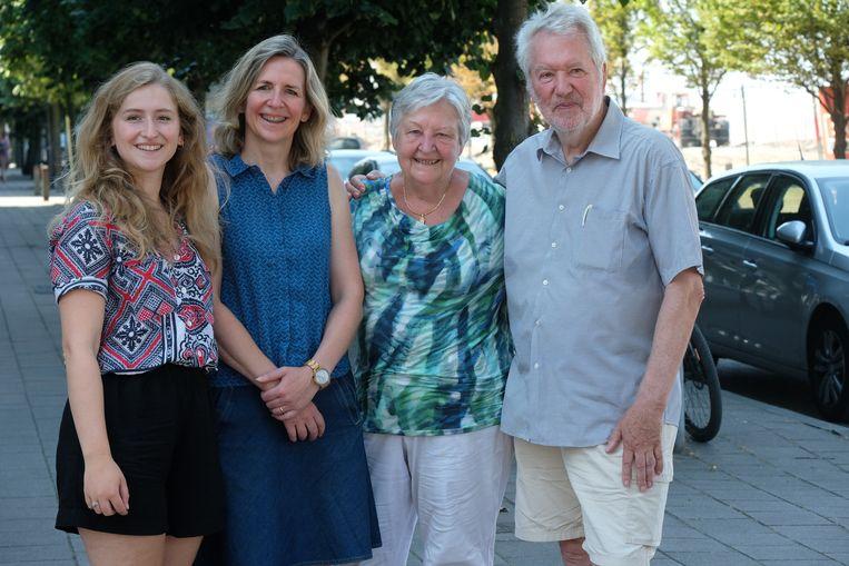 Ilse Van Dienderen, tweede van links. Met dochter Paris Amber en haar ouders Jeannine Weyers en Hugo Van Dienderen. Alle vier zijn ze politiek actief.