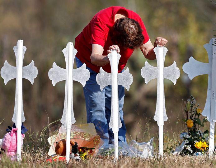 Kruisen nabij de plek van de schietpartij ter nagedachtenis van de slachtoffers.