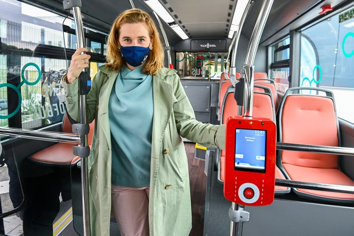 """""""Partout, la STIB s'adapte à notre Bruxelles qui change et connecte des nouveaux quartiers de manière plus efficace aux transports publics"""", souligne la ministre écologiste."""