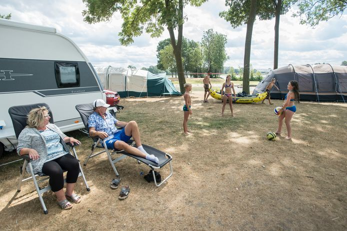 Kampeerders op camping De Kurenpolder. Er komt nu ook een hotel, is het plan van de eigenaren.