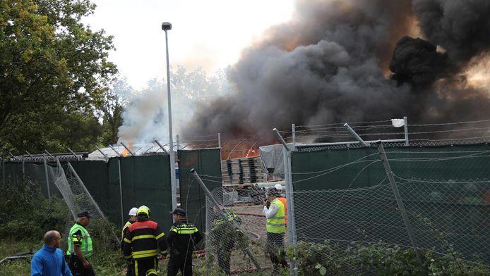 De strenge veiligheidsmaatregelen op het bouwterrein van de nieuwe Amerikaanse ambassade zijn voor het blussen van brand even opgeschort.