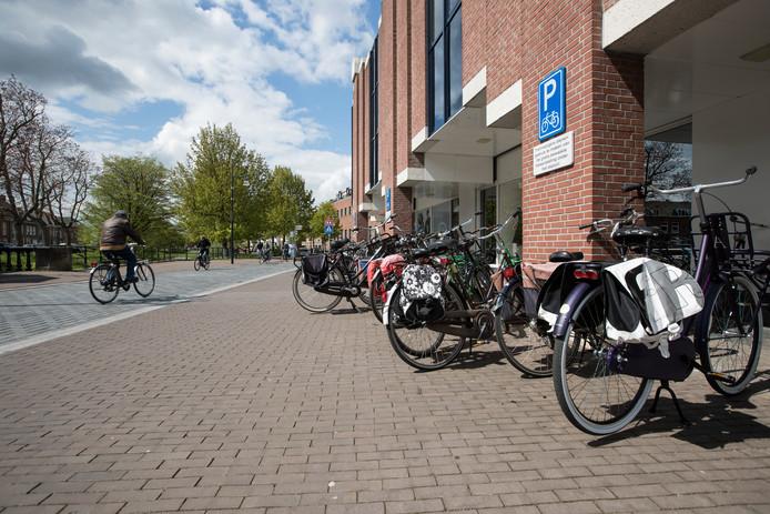 De Overwelving in Zutphen. Tussen de stoep en de straat ligt een natuurstenenrand. Op deze rand komen ijzeren 'punaises' om fietsers te wijzen op de verhoogde stoeprand.
