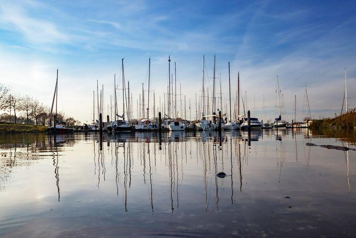 """Door de sluiting van de Haringvlietbrug is het vaargebied rond Willemstad 'geamputeerd', stellen watersportondernemers. ,,Dit is een grote bedreiging voor de havens."""""""