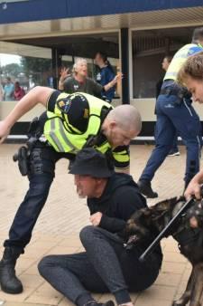 Betogers keren zich in Steenwijk tegen politie als die hun vraagt naar papieren: boze reacties