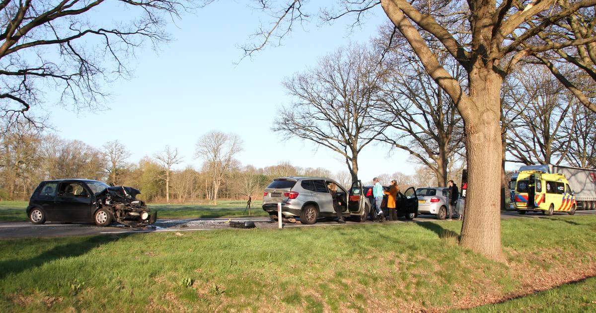 Eén persoon naar het ziekenhuis na kettingbotsing in Raalte, twee delen van N35 afgesloten.