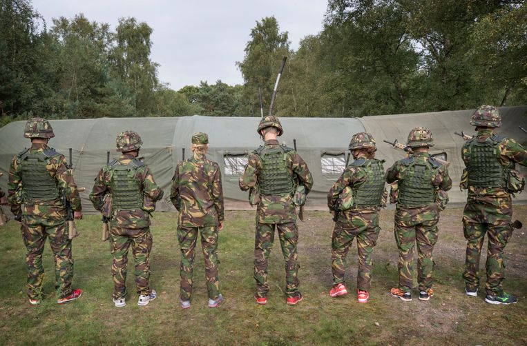 Nieuwe cadetten van de Koninklijke Militaire Academie in Breda op bivak in de bossen bij Rijen. Beeld Hollandse Hoogte / Joyce van Belkom