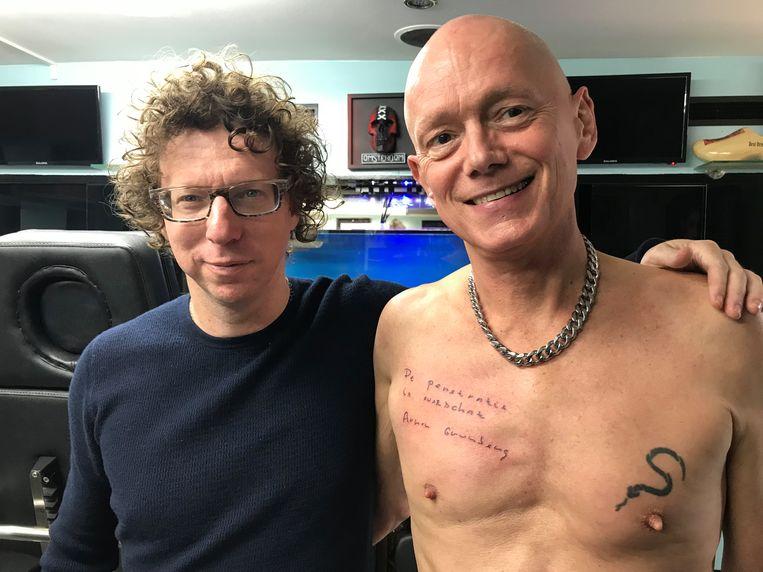 Arnon Grunberg en Frans Leliveld net nadat de tattoo is gezet. Beeld Eva Pel