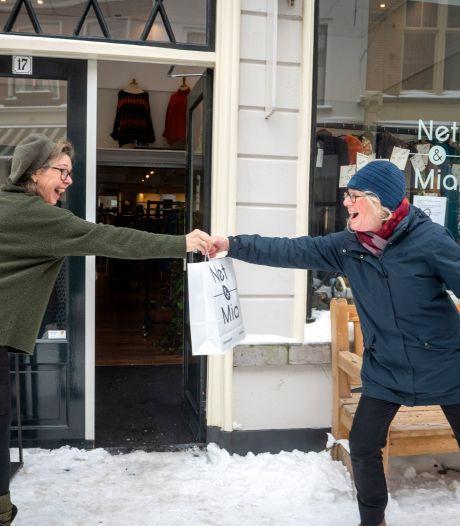 Eerste dag click & collect zorgt voor leven in Zutphense straten: ,,Het is fijn iedereen weer te zien''