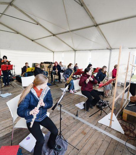 Desnoods met jas aan, maar orkesten Armonia Hengelo repeteren samen