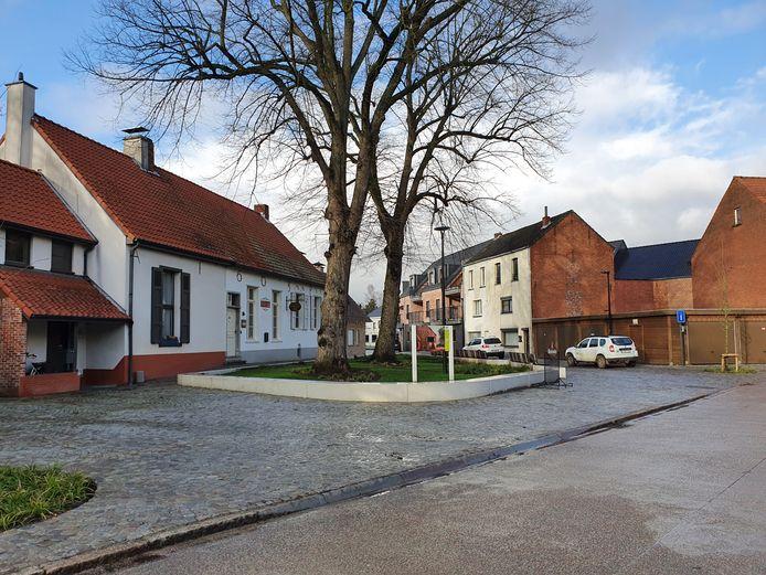 Het pleintje voor het oudste gebouw van Wechelderzande is helemaal in het nieuw gestoken. In het gebouw is nu Thuisbrouwerij Florik gevestigd.