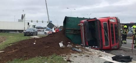 Vrachtwagenchauffeur met spoed naar ziekenhuis na ongeval bij Velddriel: bevrijd door brandweer