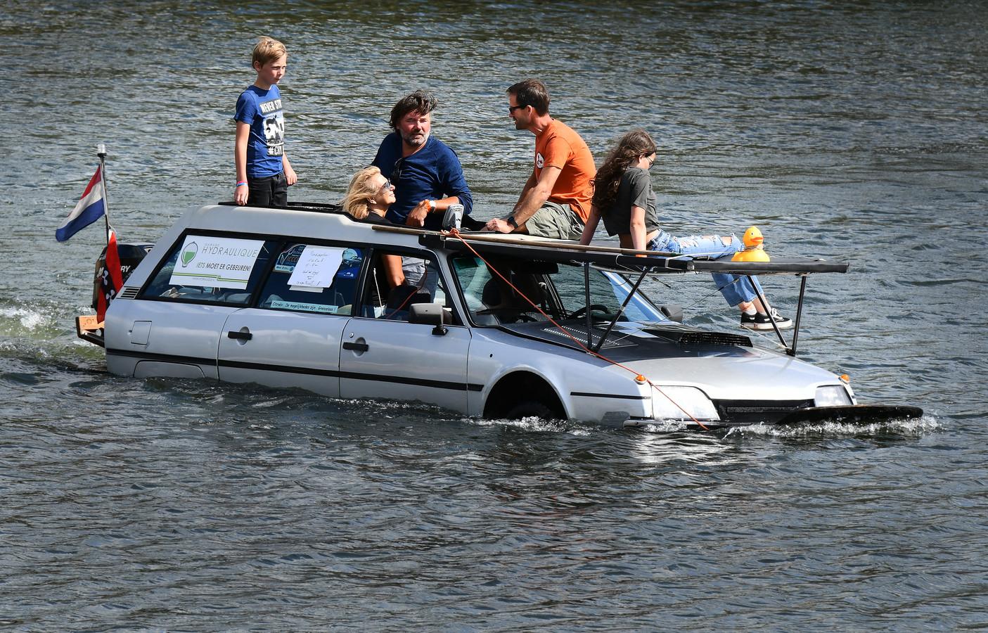 Op het Eiland van Maurik vierden duizenden liefhebbers de honderdste verjaardag van het automerk Citroën.  Verschillende types waren zaterdag te zien, zoals deze varende CX Break.