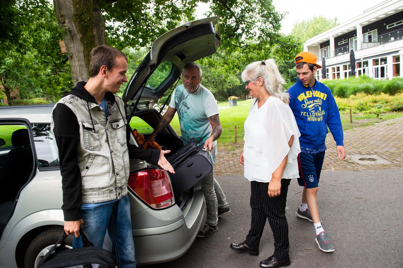 Mike, John, Sandra en Johan van Groen (vlnr) laden uit in Beekbergen.