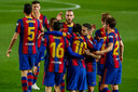 Óscar Mingueza (m) deelt mee in de feestvreugde na de 1-0 van Lionel Messi.